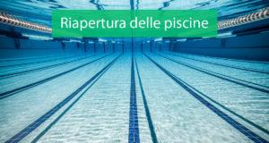Piscina e scritta sulla riapertura in Campania