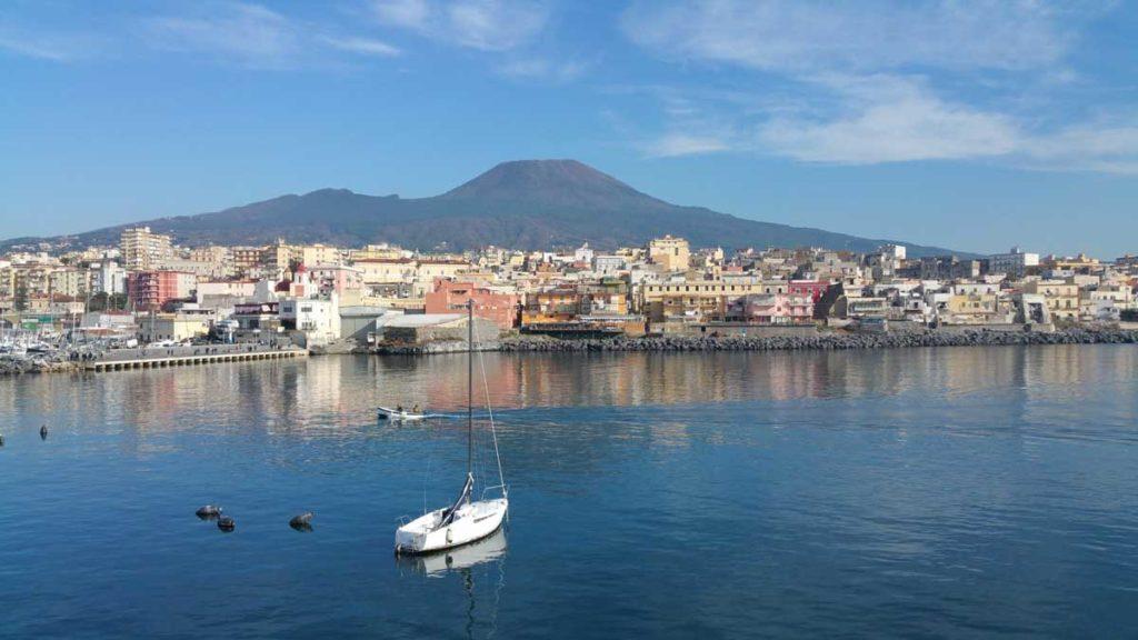 Mare che bagna Napoli. Parte del Vesuviano fortemente inquinato