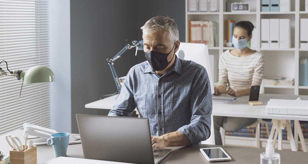 uomo e donna in ufficio con mascherina