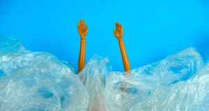 Barbie in acqua sommersa dalla plastica