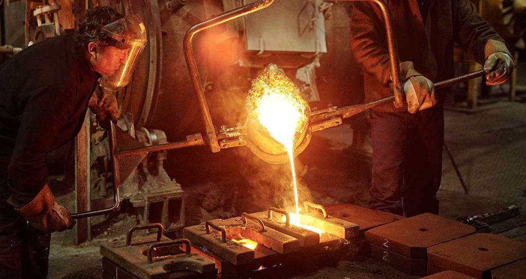 colata di lava per fabbricazione dell'acciaio con operai